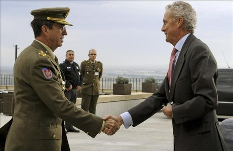 El ministro de Defensa, Pere Morenés, saluda al jefe de Estado Mayor del Ejército de Tierra (JEME), el general Jaime Domínguez Buj, el pasado día 18, en Toledo. EFE / PÉREZ HERRERA