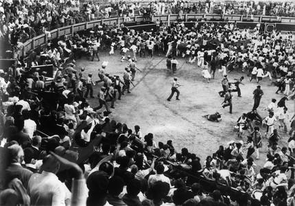 Tres personas huyen de los gases lacrimógenos en la avenida de Carlos III de Pamplona al atardecer del 8 de julio de 1978. La batalla urbana duró hasta la madrugada.