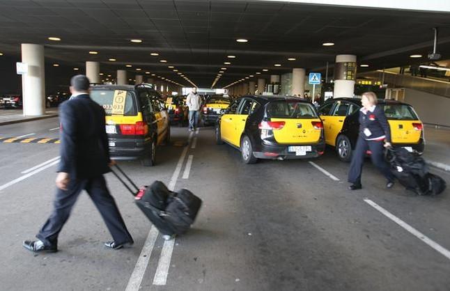 Taxis a la parada de la T-1 del Prat.