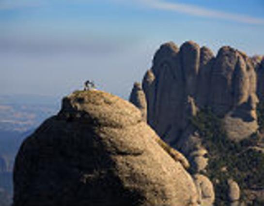 Dos escaladores subiendo Montserrat.