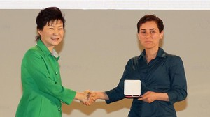 Maryam Mirzakhani (derecha) recibe la medalla Fields, el Nobel de matemáticas.