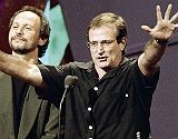 El malogrado actor Robin Williams (derecha)�y el c�mico�Billy Crystal, en 1995,�durante el 'show televisivo de la HBO 'Comic Relief VII'.