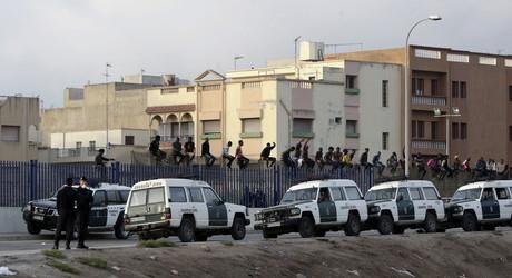 Inmigrantes en la valla fronteriza de Melilla.
