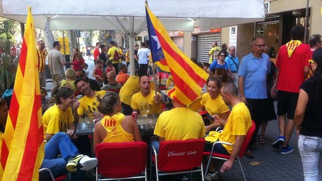 Terrazas llenas de gente en la Ronda de Sant Pere, este jueves.