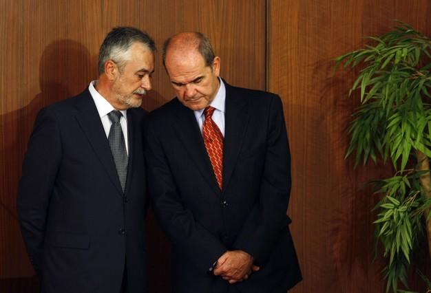 José Antonio Griñán y Manuel Chaves conversan en Sevilla, en abril del 2009.