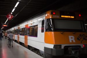 Un tren de Rodalies en la estación de Clot Aragó.