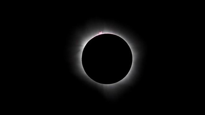 L'eclipsi brilla sobre l'aspre paisatge de Palu