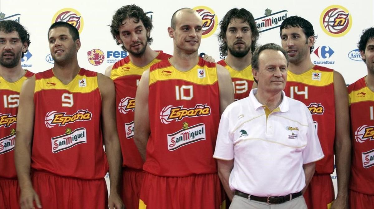 En la presentación como nuevo seleccionador español, en julio del 2008, con los hermanos Gasol, Garbajosa, Reyes, Jiménez y Mumbrú