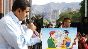 Maduro participa en un acto conmemorativo por los fallecidos durante las protestas del 11 de abril del 2002 en Caracas, este lunes.