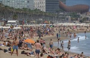 Bañistas en la playa de la barceloneta