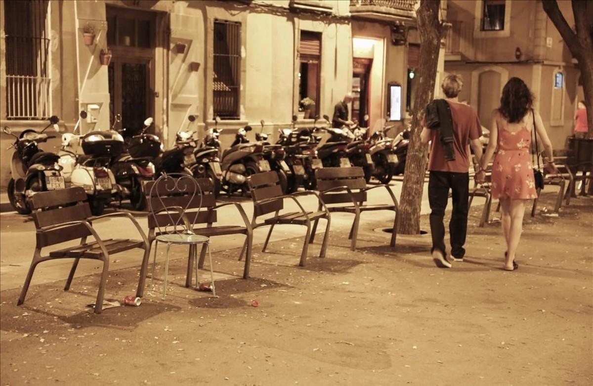 Ambiente nocturno en el barri de la Barceloneta en la imagen placa de Hilari Salvado