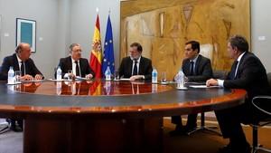 El ministro Juan Ignacio Zoido reunido con el presidente del Gobierno, Mariano Rajoy, para informarle de la decisión de la mesa de evaluación.