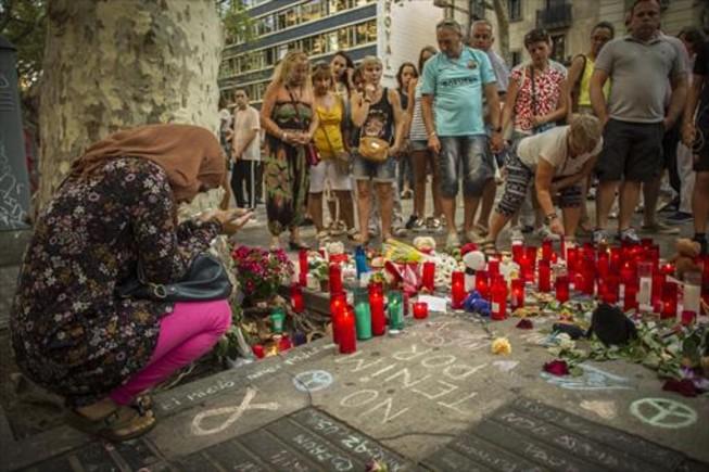 REPULSA. Protesta de la comunidad musulmana de Barcelona, ayer en la Rambla.