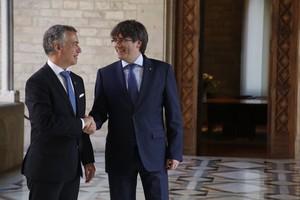 Íñigo Urkullu y Carles Puigdemont, el pasado junio, en Barcelona.