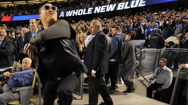 Imágenes de la actuación de Psy, en el estadio de los LA Dodgers.