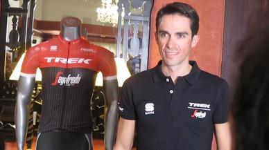 Alberto Contador, hoy, en Palma, junto a su nuevo maillot.