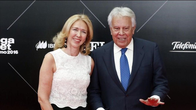 Felipe González y Mar García Vaquero, este jueves, a su llegada a la cena para celebrar el 40º aniversario del diario 'El País'.