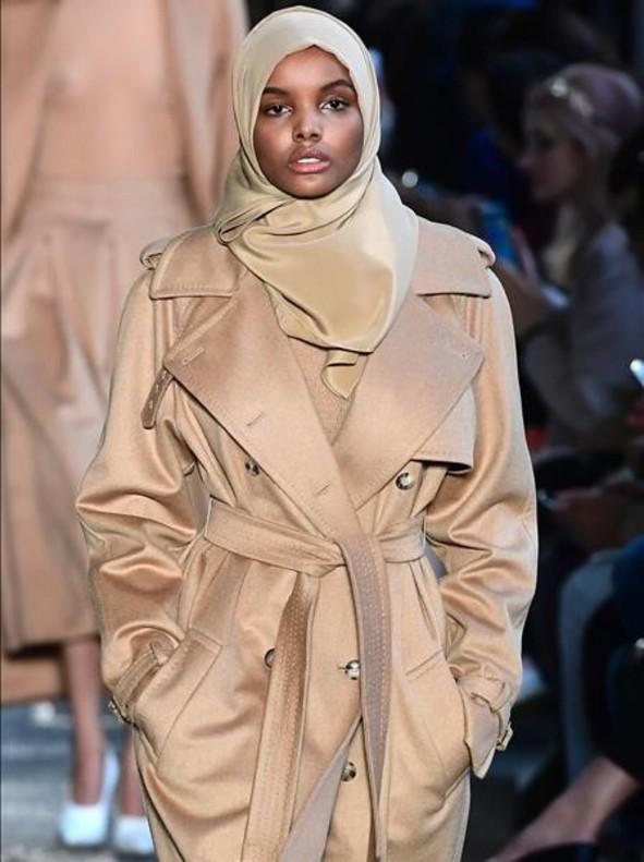 Halima Adena desfila en Milán con hiyab