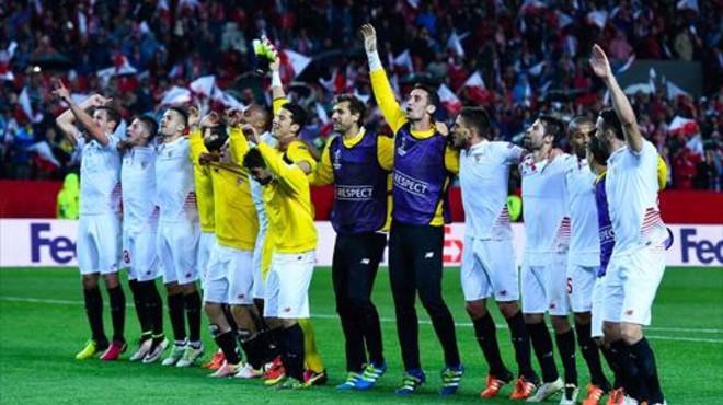 Los jugadores del Sevilla celebran el pase a la final.