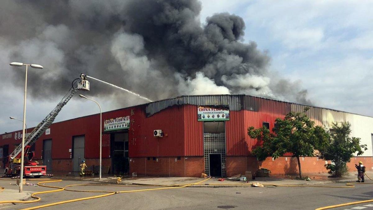 Nave industrial ardiendo en Badalona