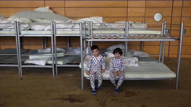 Ni�os refugiados en el interior del pabell�n de deportes de la escuela secundaria de Jane Addams en Berl�n.