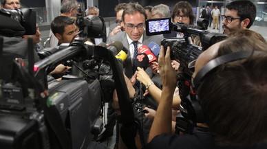 El 'conseller' Rull atiende a los medios de comunicaci�n durante la visita de obras que ha realizado a las nuevas estaciones de FGC en Sabadell.