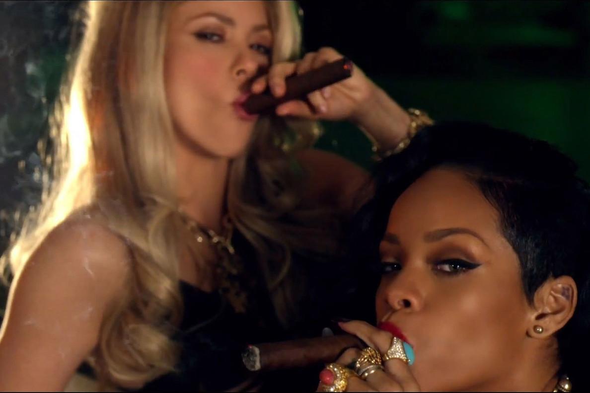 Shakira y Rihanna, en el videoclip de 'Can't remeber to forget you'.