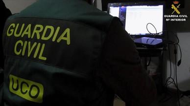 Un guardia civil investiga material pornográfico infantil.