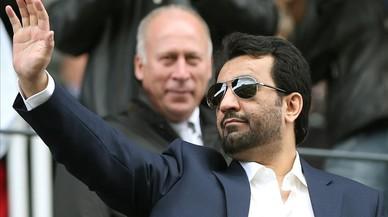 Al -Thani saluda a los aficionados del Málaga antes de un partido ante el Valencia.