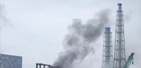 Humo sale del reactor tres de la central deFukushima tras el tsunami.