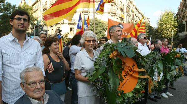 Representantes de asociaciones y partidos políticos catalanes, junto a miles de catalanes, han depositado sus ramos de flores frente al monumento de Rafael Casanova.