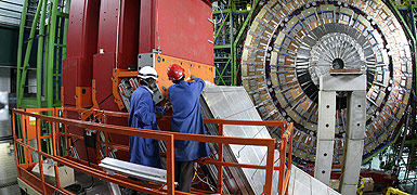 Dos ingenieros trabajan en el acelerador de partculas del CERN. AP