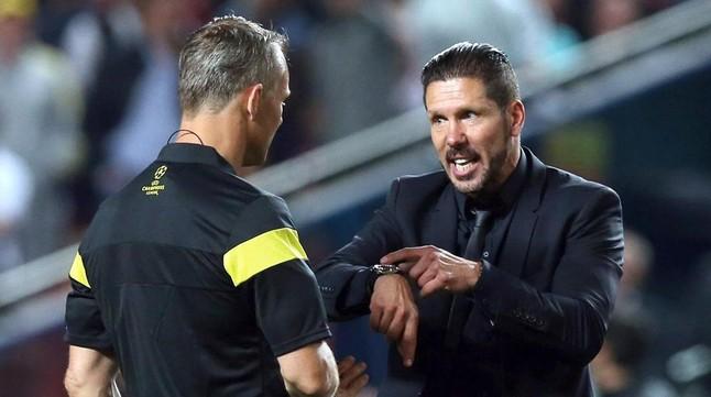 Simeone recrimina al árbitro los cinco minutos de tiempo añadido concedidos en la segunda mitad.