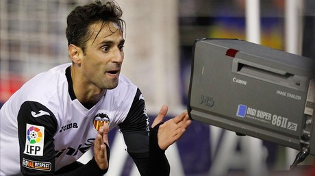 El jugador del Osasuna Jon�s celebra un gol ante una c�mara de televisi�n.
