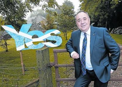 Relajado .Alex Salmond, ayer, antes de votar, posando en el exterior de su casa de Strichen.