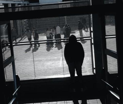 Un alumno observa a sus compañeros en el patio de un instituto de Barcelona.