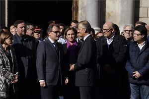 El president Artur Mas conversa con el cónsul de Francia en Barcelona, Edouard Beslay, durante la concentración en repulsa del atentado múltiple en París.