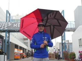 Maverick Viñales pasea por el lluvioso paddock del circuito de Losail (Doha, Catar).