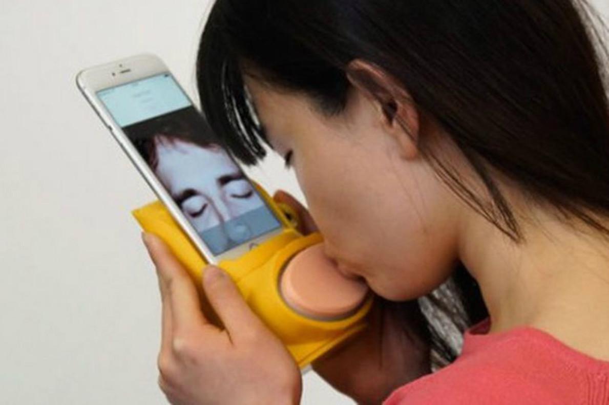 Una chica utiliza la funda para besar a distancia en tiempo real.