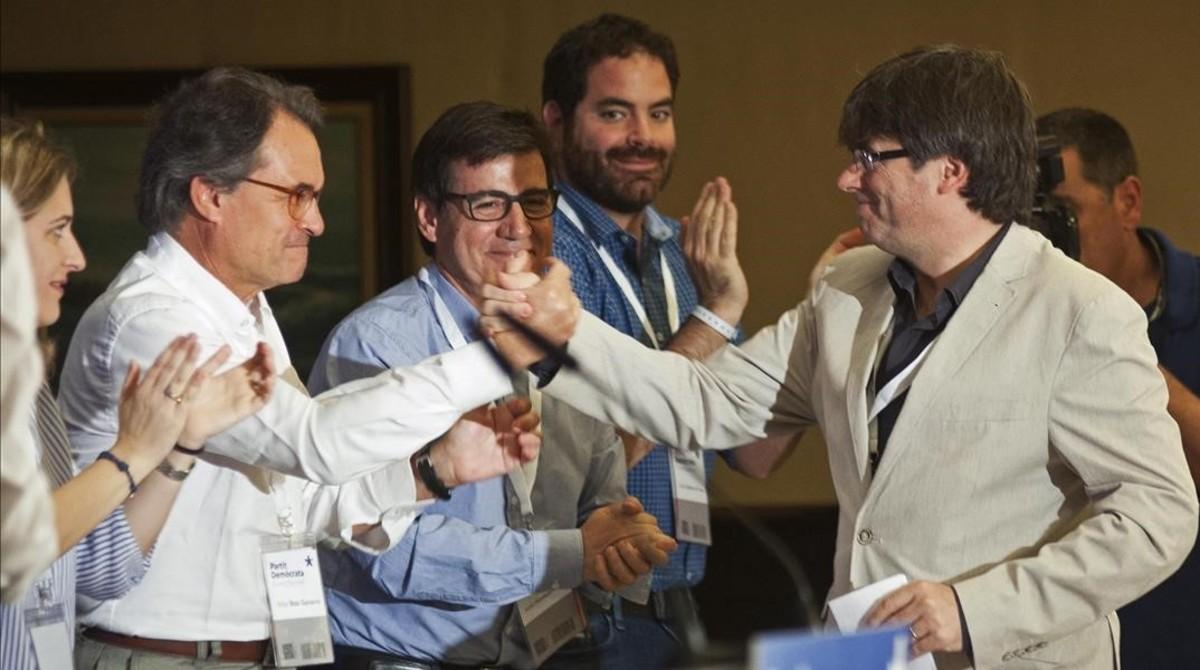 Carles Puigdemont saluda al expresidente catalan Artur Mas a su llegada hoy al Consell Nacional del PDeCAT