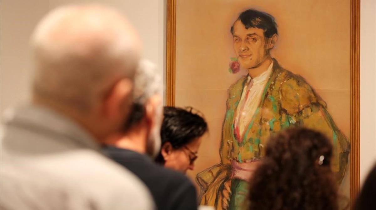 Al fondo, el retrato que hizo a Ismael Smith, vestido de torero, Mariano Andreu Estany, en la exposición del MNAC.