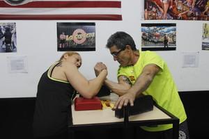 Sonia Miras, entrenando con su padre, Juan Antonio Miras, subcampeón del mundo de lucha de brazos.