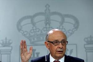 Cristóbal Montoro, ayer, en la Moncloa, tras el Consejo de Ministros.