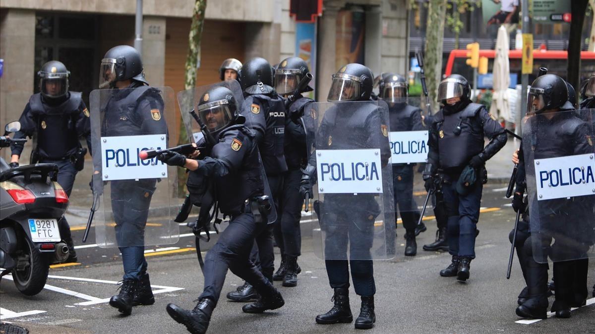 La Policía Nacional empleándose con pelotas de goma.
