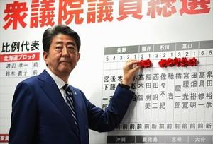 Shinzo Abe sigue los resultados de las legislativas, ayer, en la sede electoral de su partido en Tokio.