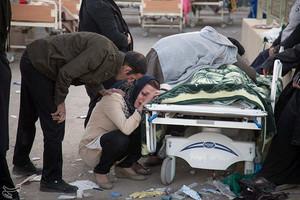 Una mujer llora ante el cadáver de un familiar, en Kermanshah (Irán), este lunes.