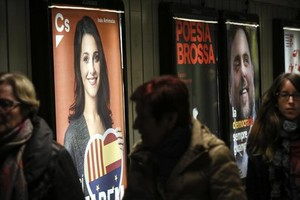Carteles electorales en el pasillo<br/>del metro de la plaza de Catalunya.