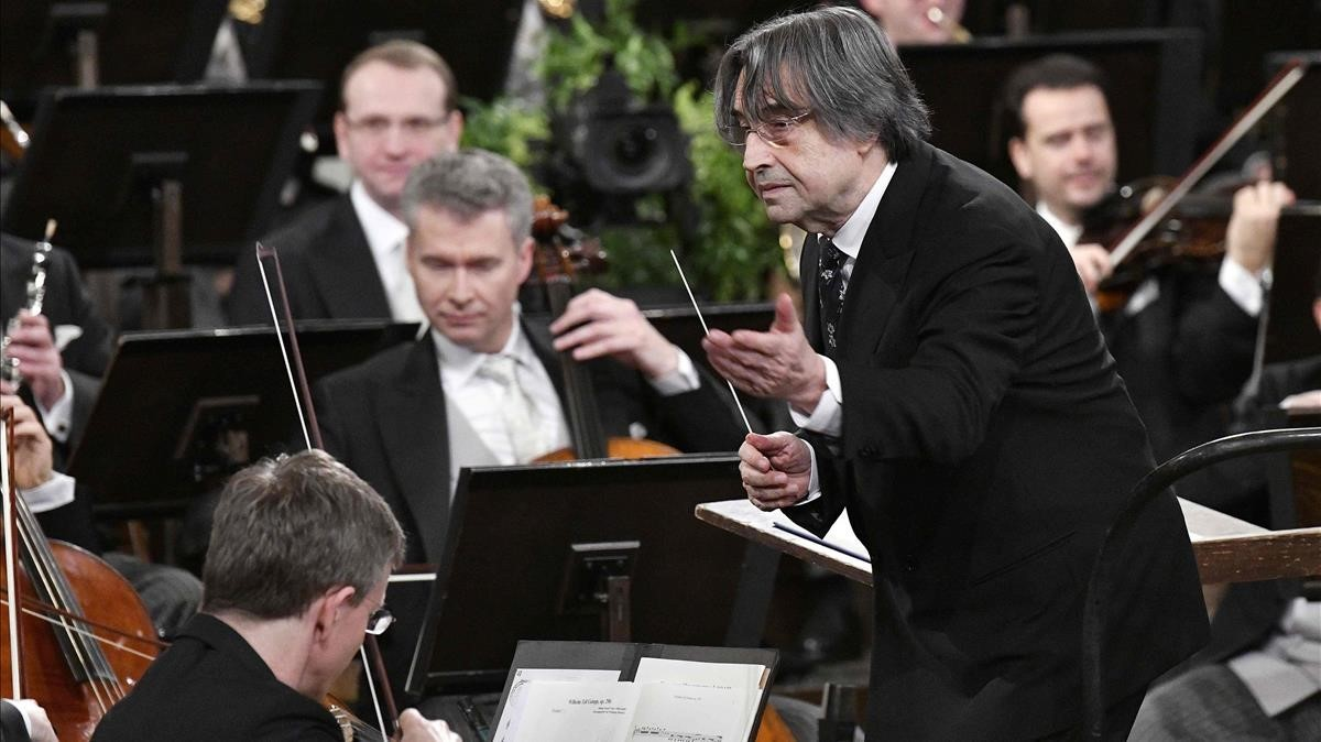 El maestro italiano Riccardo Muti dirigiendo el concierto de Año Nuevo de Viena.