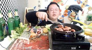 Un wang hong retransmite cómo cocina unas salchichas