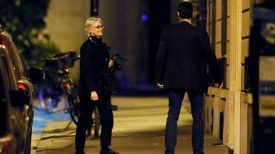 Penelope Fillon camina hacia su domicilio tras ser interrogada.